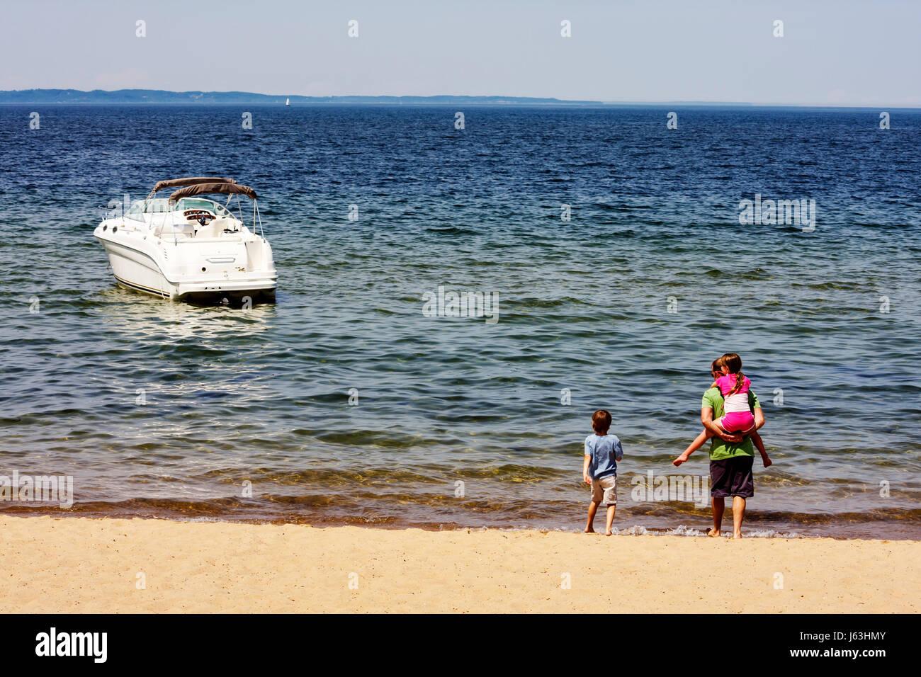 Michigan Traverse City West Arm Grand Traverse Bay Clinch Parque chico chica hombre padre hijo playa agua piggyback Imagen De Stock