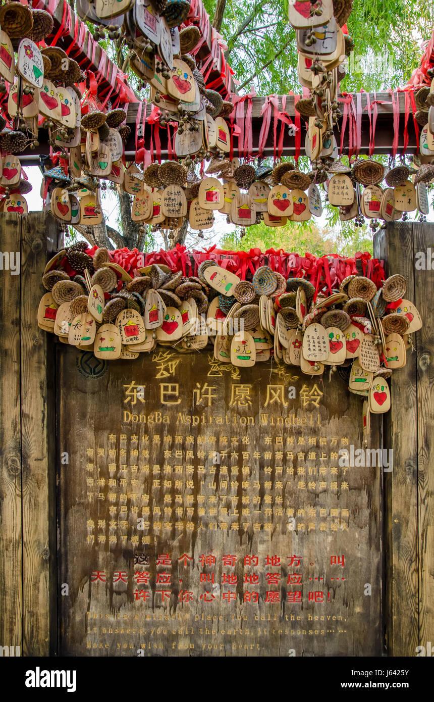 Lijiang, Yunnan - Abril 13,2017 : Lucky Dongba Windbell aspiración en Ciudad Antigua Shuhe, Yunnan de China. Imagen De Stock