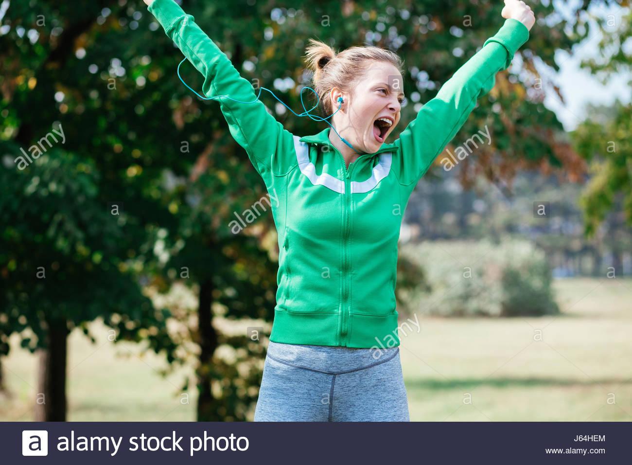 Mujeres celebran ganar una carrera Imagen De Stock