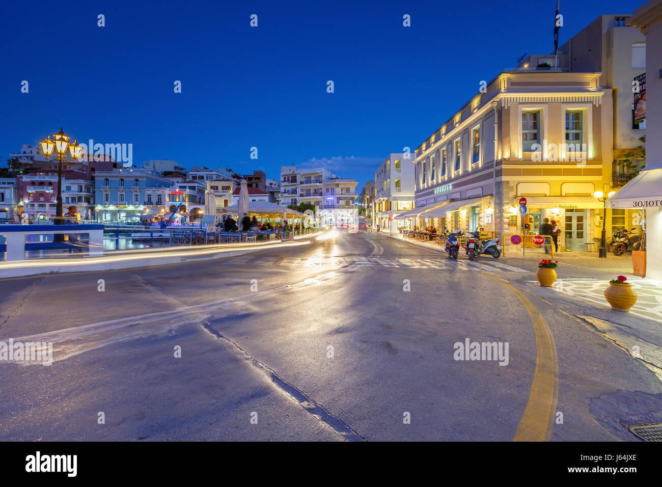 Vista de noche de Agios Nikolaos y a su puerto, Creta, Grecia. Imagen De Stock