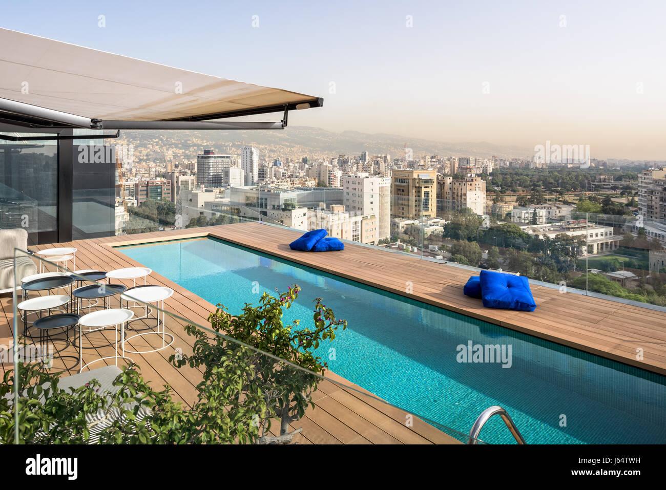 Piscina en la azotea con vistas de Beirut. Imagen De Stock