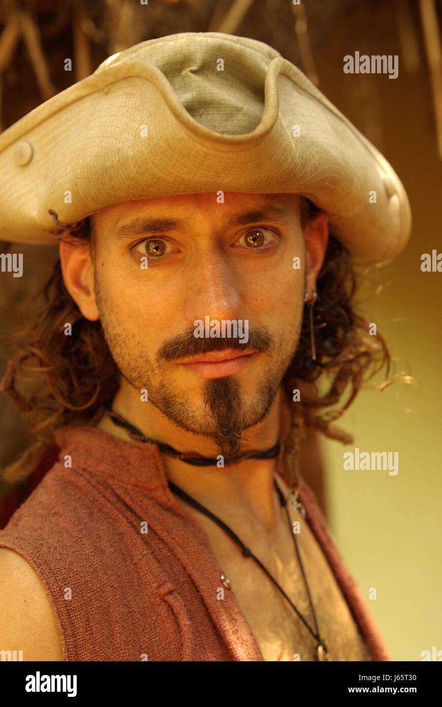 570144869a5d9 Sombrero hippie freak barba perilla hombre abandono curioso curioso nosy  india relajado Imagen De Stock