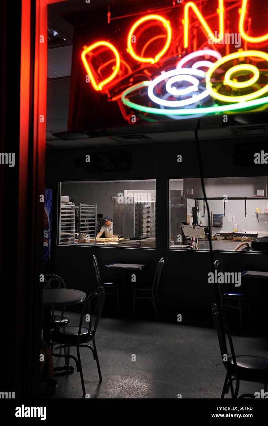 Impresionante' Donuts Glazin propietario John Rizer rollos de masa para la siguiente mañana en el lote Imagen De Stock