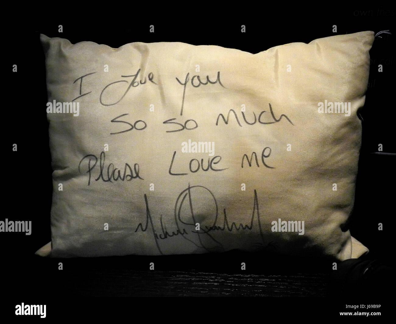 Nueva York, EEUU. El 15 de mayo, 2017. Una almohada firmada por el estadounidense Michael Jackson musicial con la Imagen De Stock