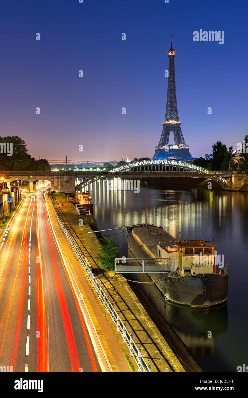 La Torre Eiffel, el puente Rouelle y el Río Sena al amanecer. París, Francia Imagen De Stock