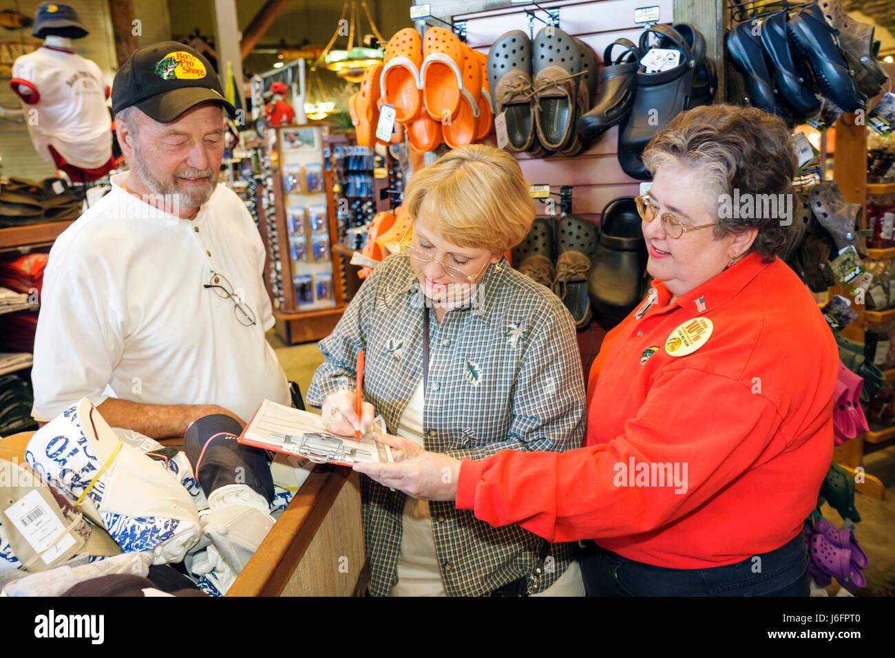 Tennessee Sevierville Kodak Bass Pro Shops, formulario de solicitud de crédito hombre mujer mujeres pareja Imagen De Stock
