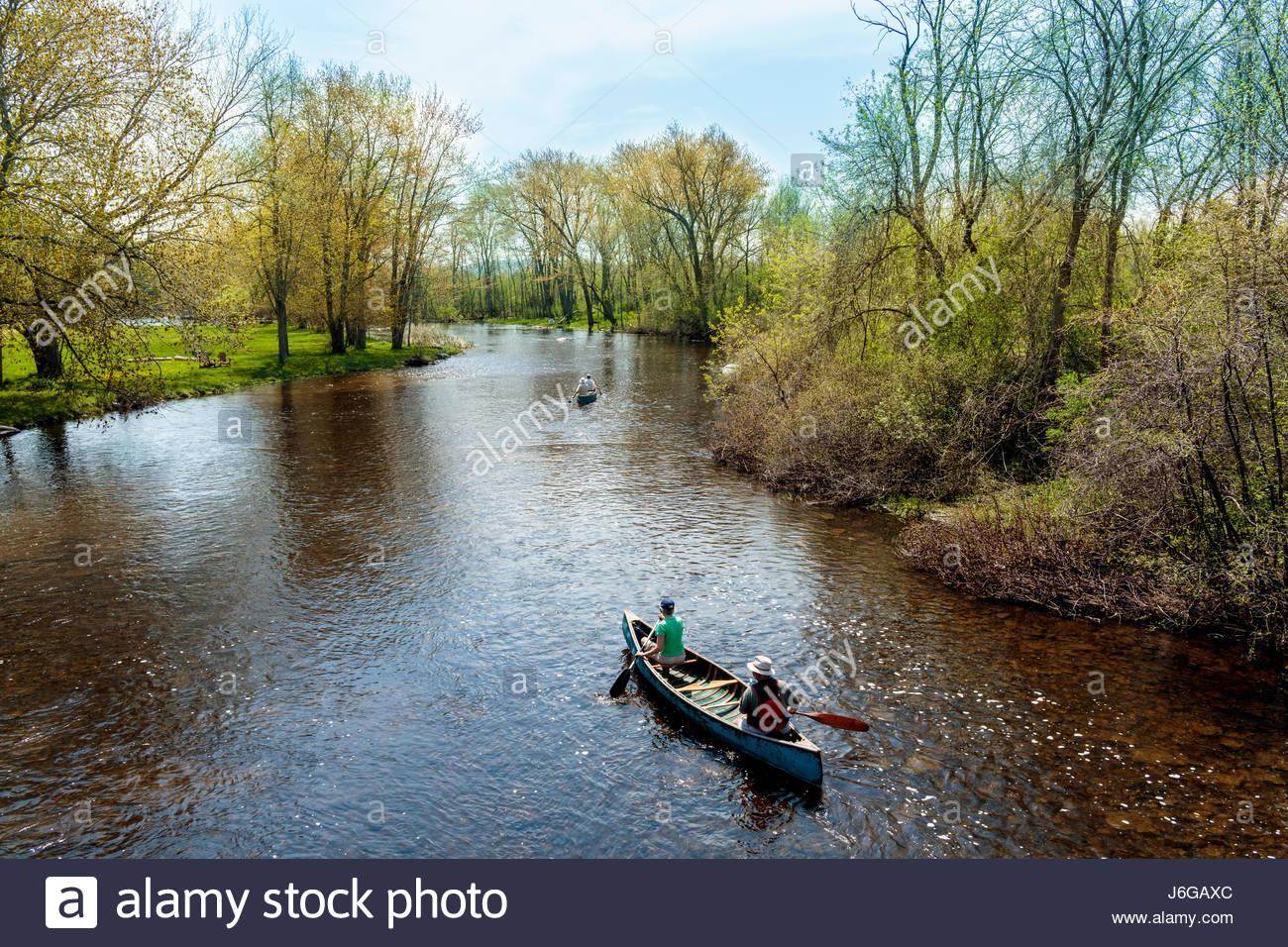 Remando en una canoa por el Indian River en primavera en el condado de Peterborough Ontario Canada. canoa río Imagen De Stock