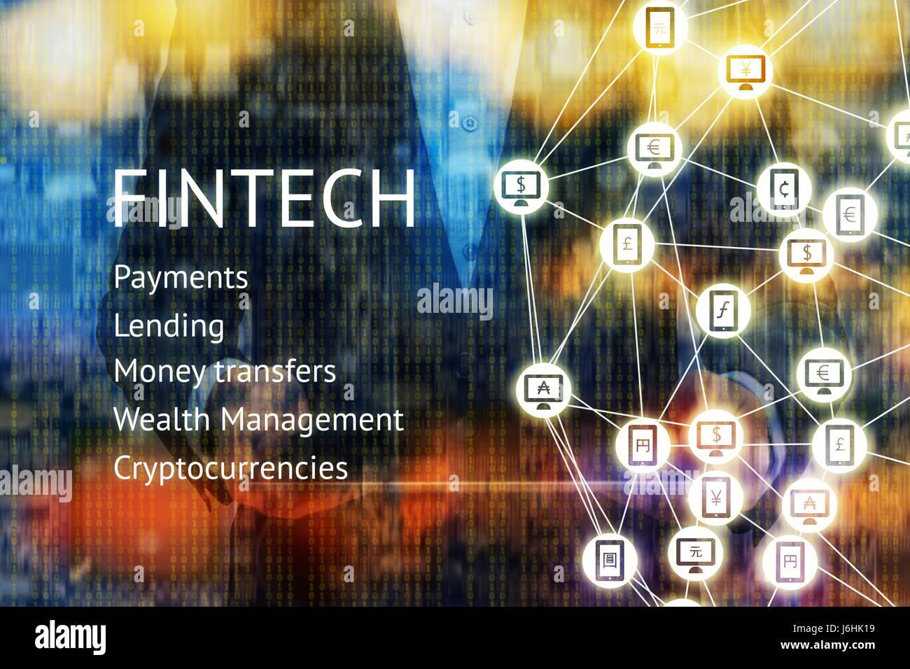 Fintech tecnología financiera y el concepto de e-commerce. Traje de hombre sosteniendo tablet.monedas del mundo firmen en móviles, PC y Peer-to-peer con icono Foto de stock