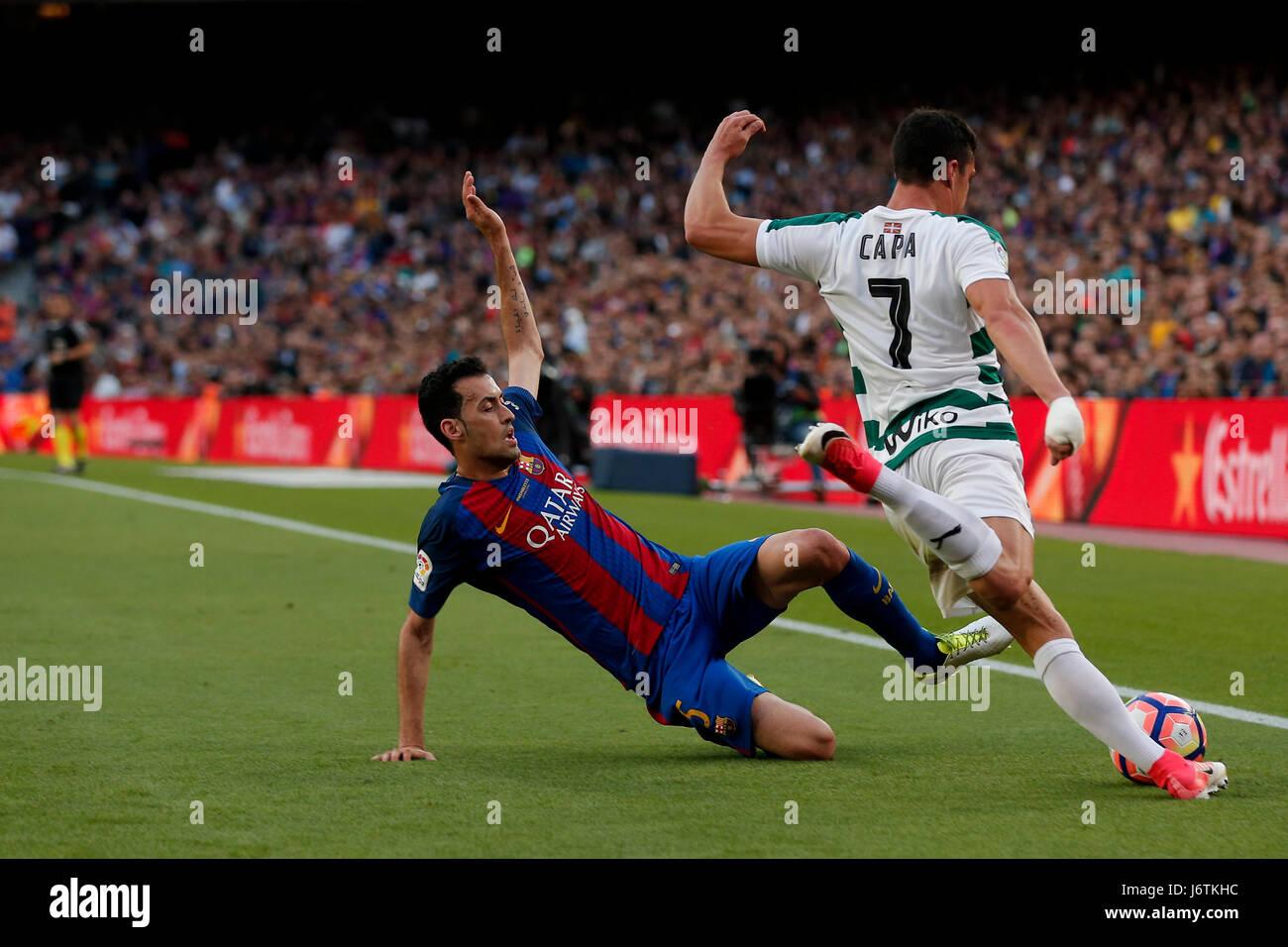 Barcelona, España. 21 de mayo, 2017. Sergio Busquets de Barcelona (L) vies con capa de Eibar durante el partido Foto de stock
