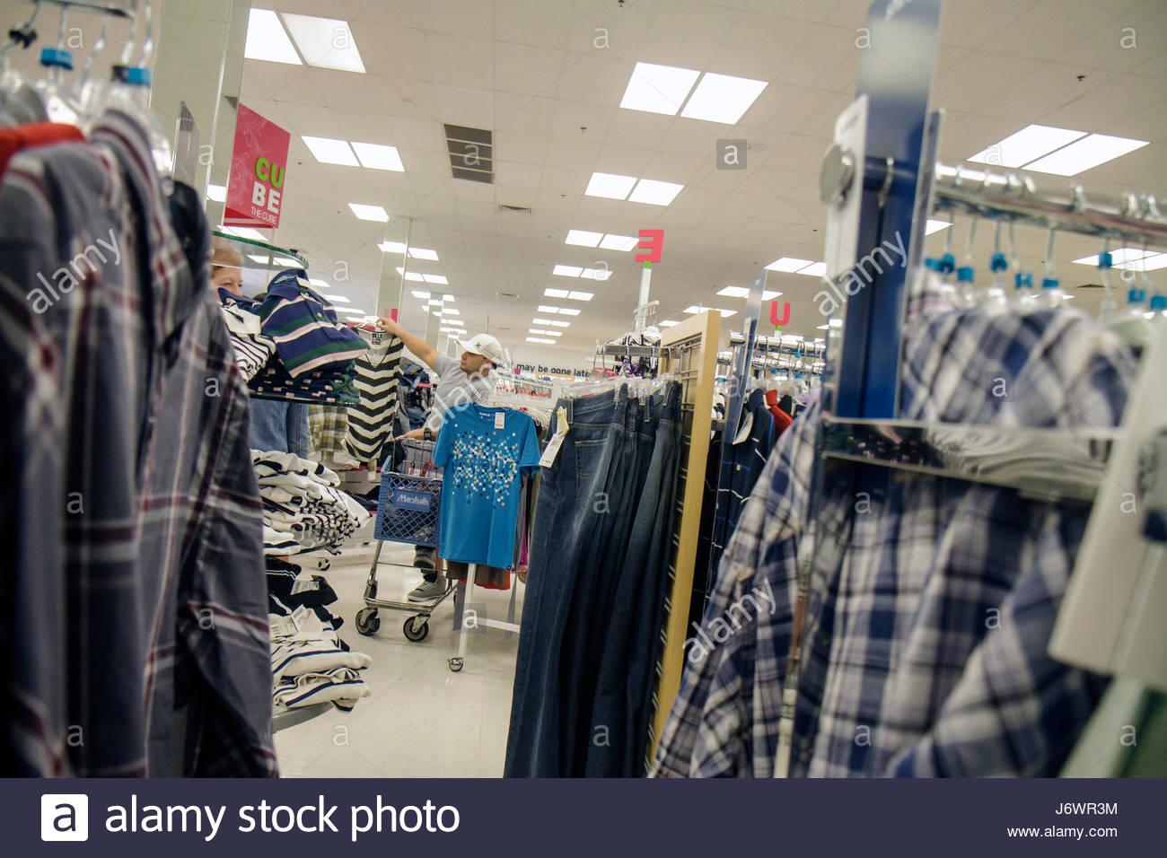 2b8ec04047577 Miami Florida Aventura Marshalls descuentos en compras expositor para la  venta de ropa para hombres