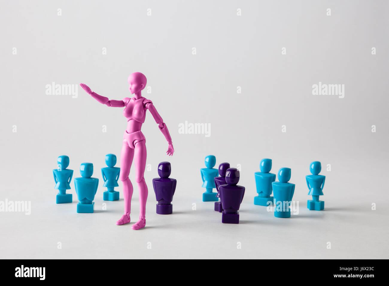 Concepto de liderazgo femenino retratado con figuras masculinas y femeninas. Aislado en blanco con espacio de copia Imagen De Stock