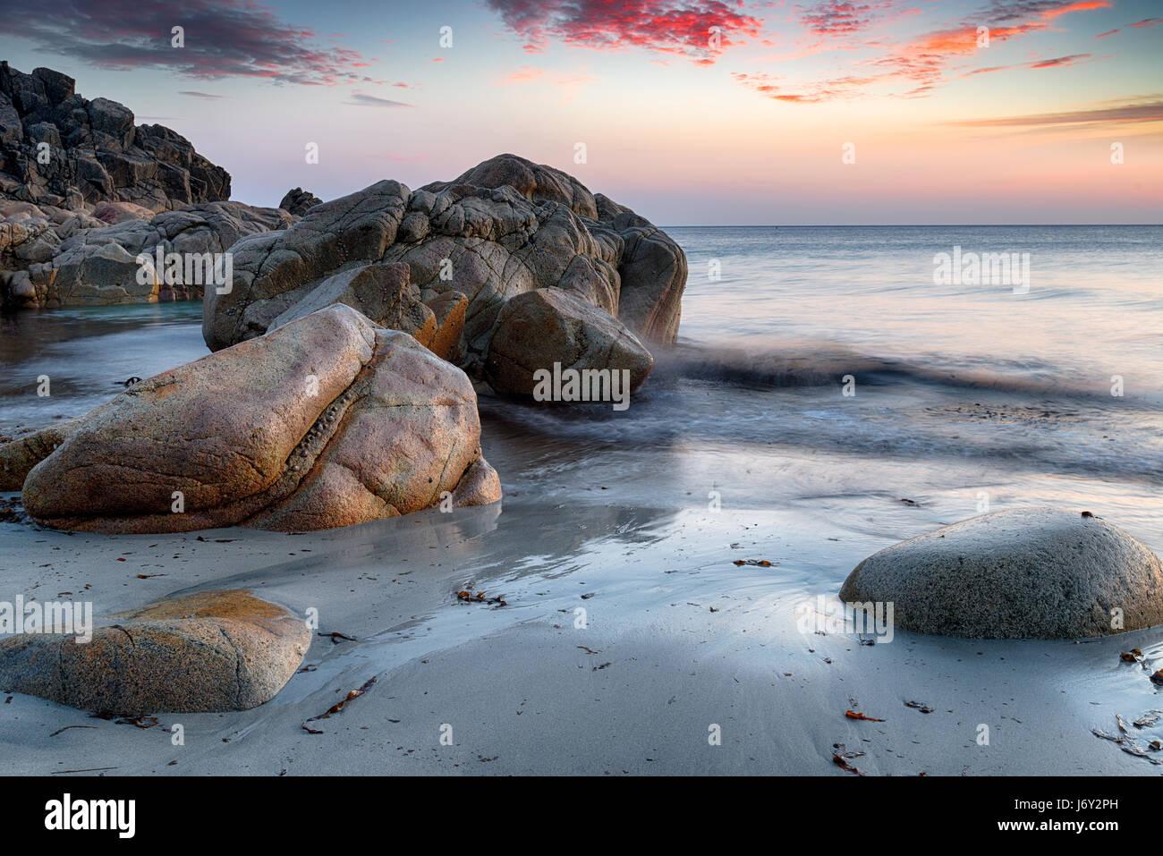 Mar rocas esculpidas en la playa en Porth Nanven cerca de Land's End, en la costa de Cornwall. Imagen De Stock
