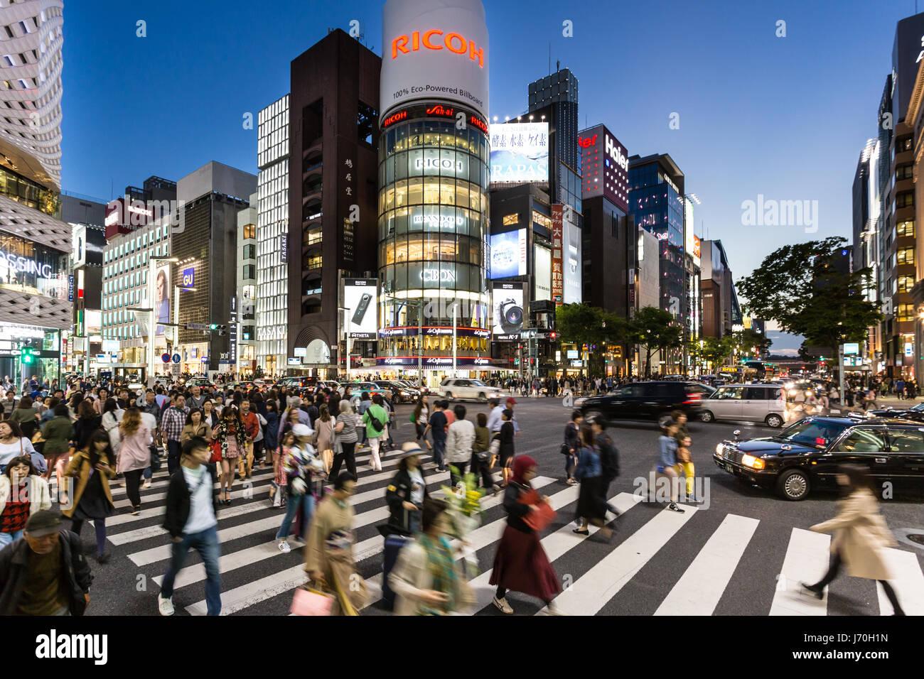 Tokio - Mayo 4, 2017: cruzar la calle peatonal en el famoso distrito de tiendas de lujo en el corazón de Ginza Imagen De Stock