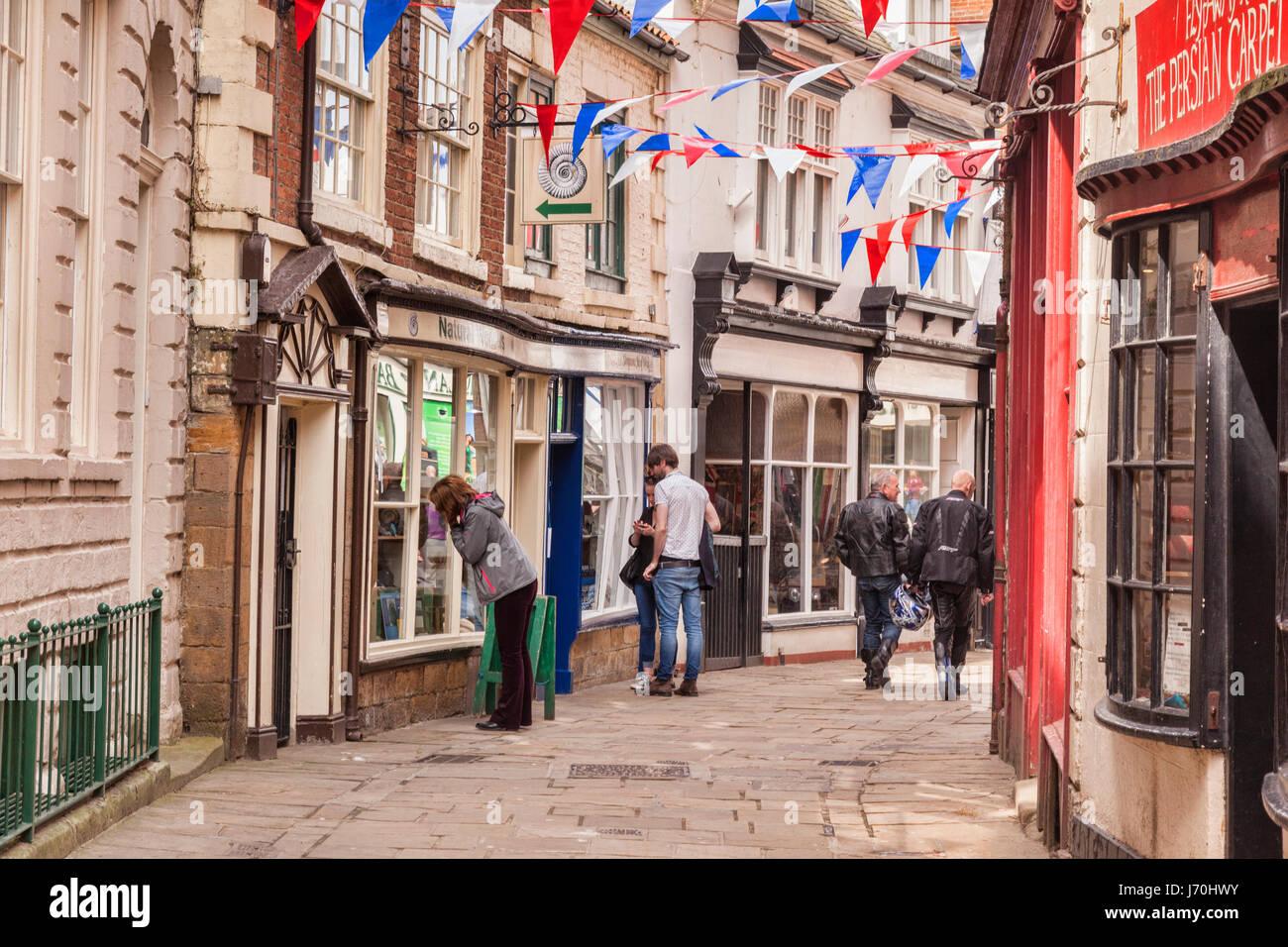 Los compradores y visitantes en Grape Lane, Whitby, North Yorkshire, Inglaterra. Imagen De Stock