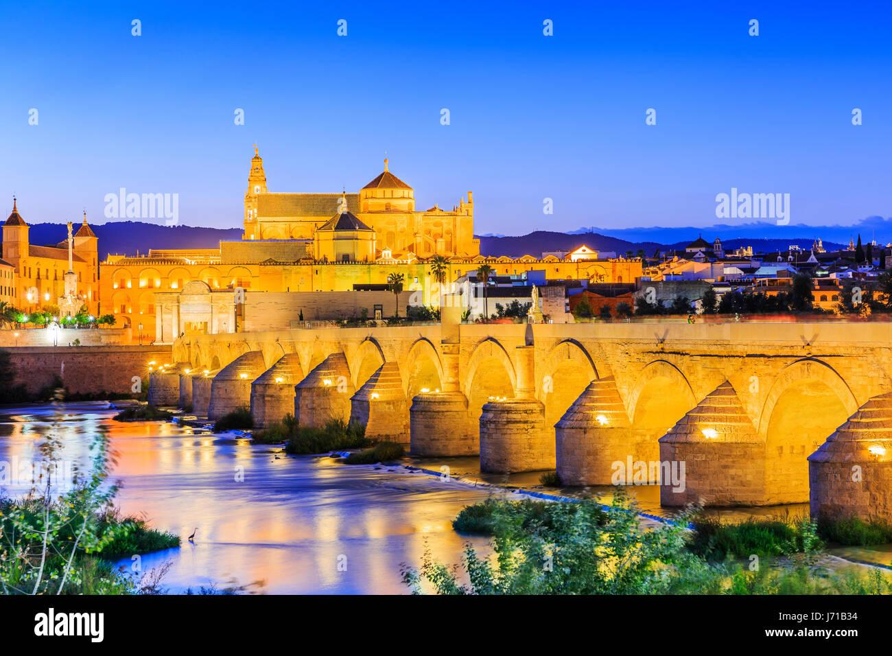 Cordoba, España. El Puente Romano y la Mezquita (Catedral) sobre el río Guadalquivir. Imagen De Stock