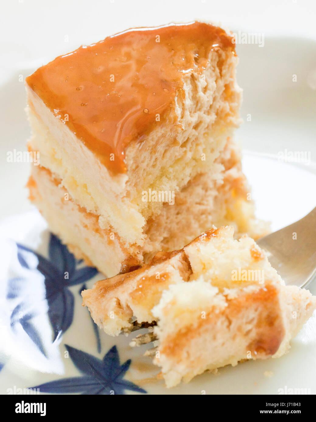 Medio comido rebanada de pastel de queso con capas en dish - EE.UU. Imagen De Stock