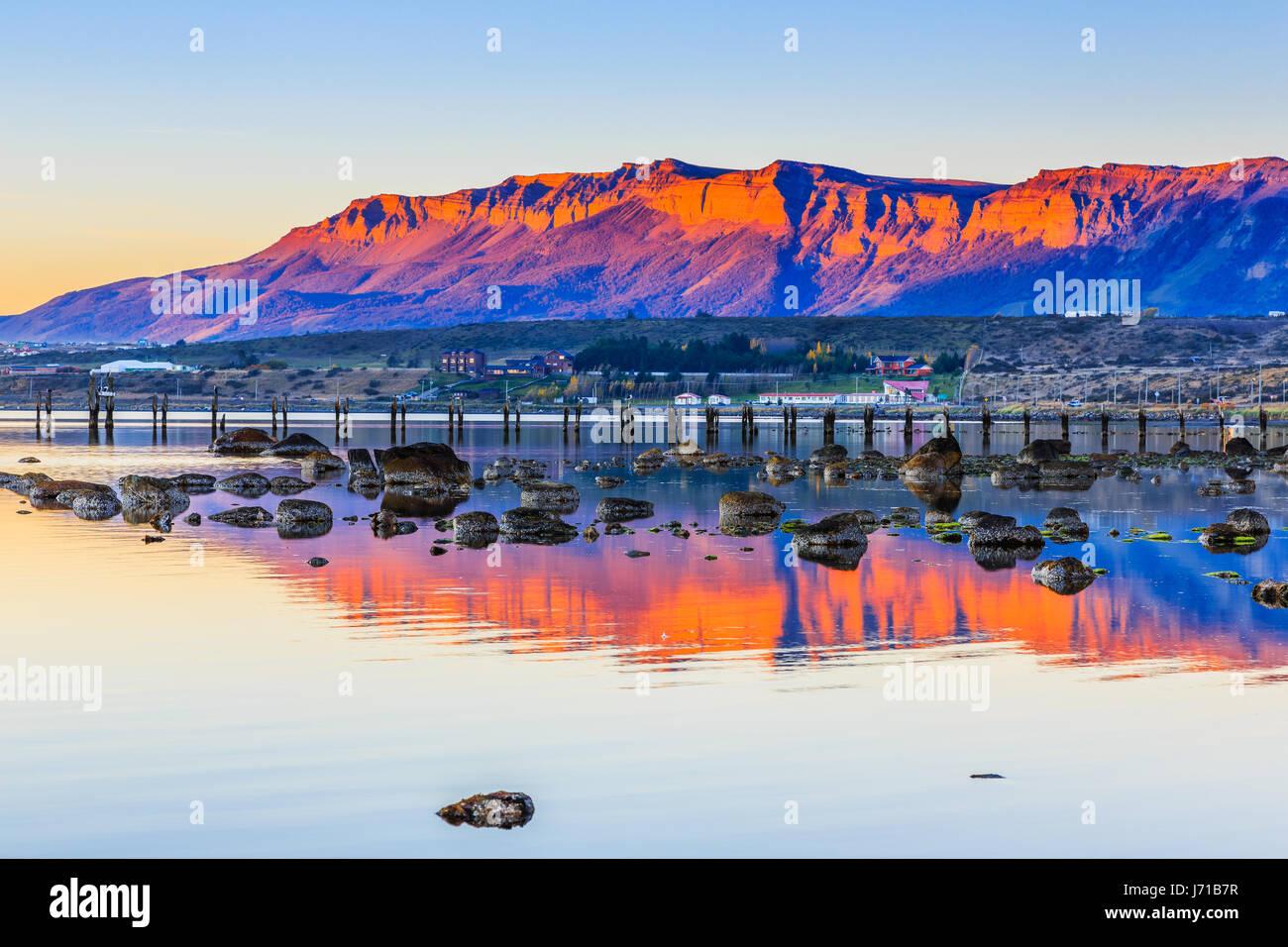 Puerto Natales en la Patagonia de Chile. Muelle viejo en Almirante Montt golf. Imagen De Stock