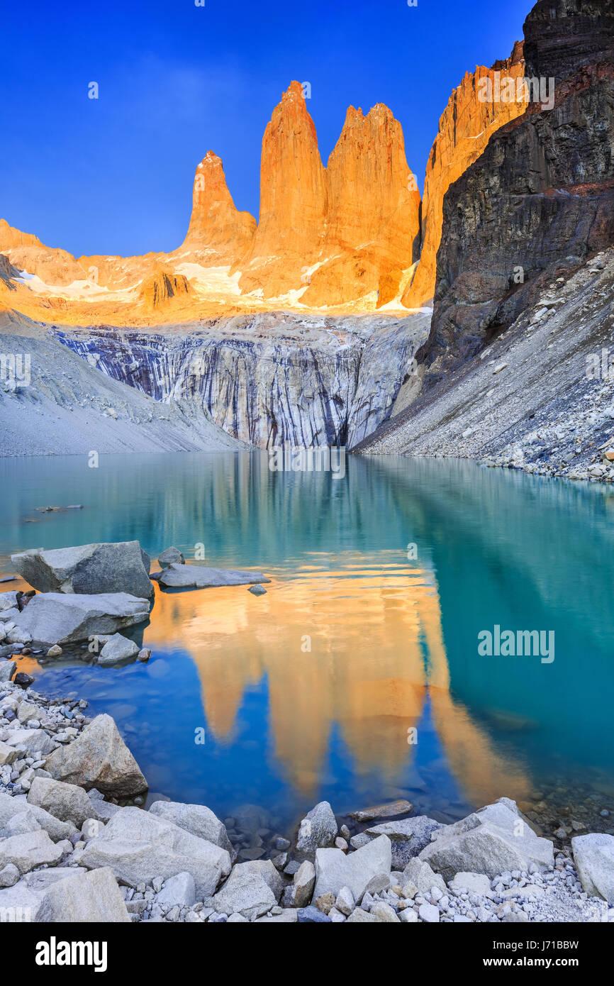 Parque Nacional Torres del Paine, Chile. Amanecer en las torres vigía. Imagen De Stock