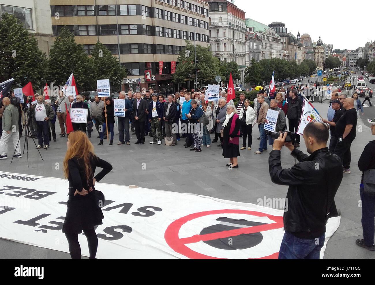 Varias docenas de personas se manifestaron contra la OTAN y checo de pertenencia que montó en la Plaza Wenceslao, Imagen De Stock