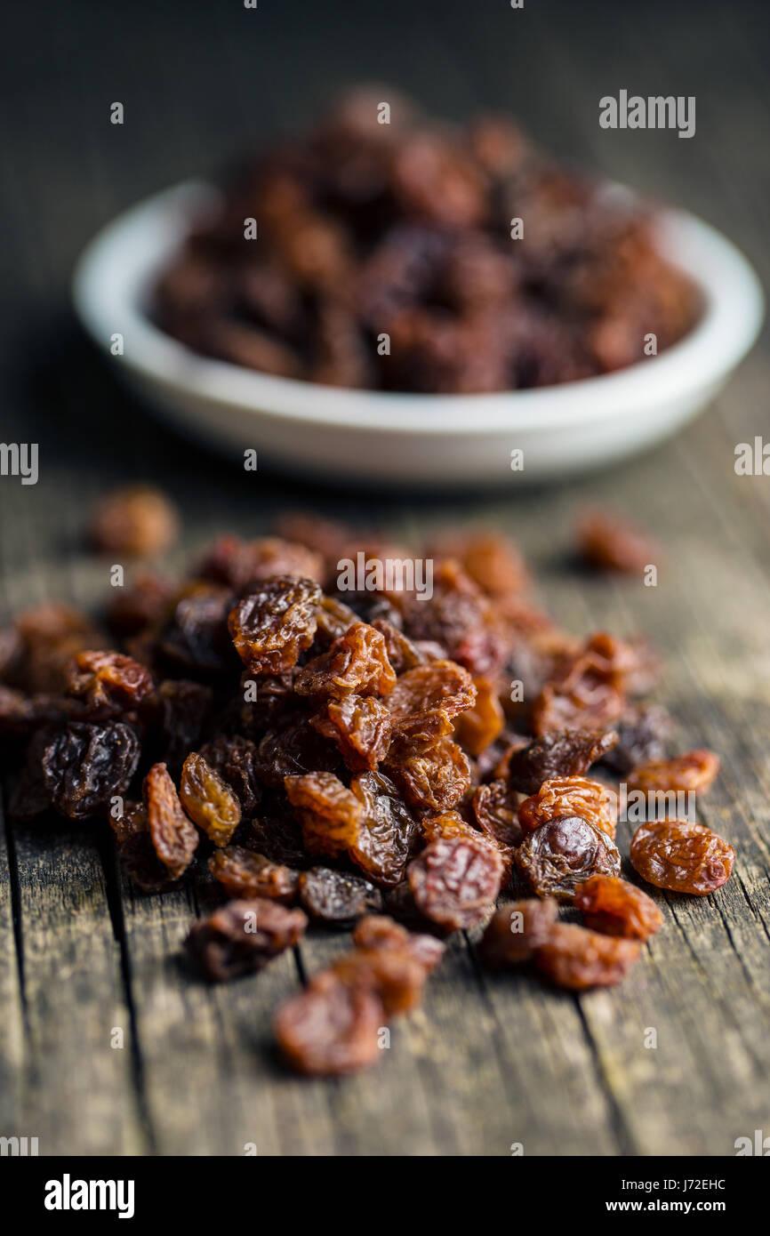 Dulces pasas secas sobre mesa de madera antigua. Foto de stock