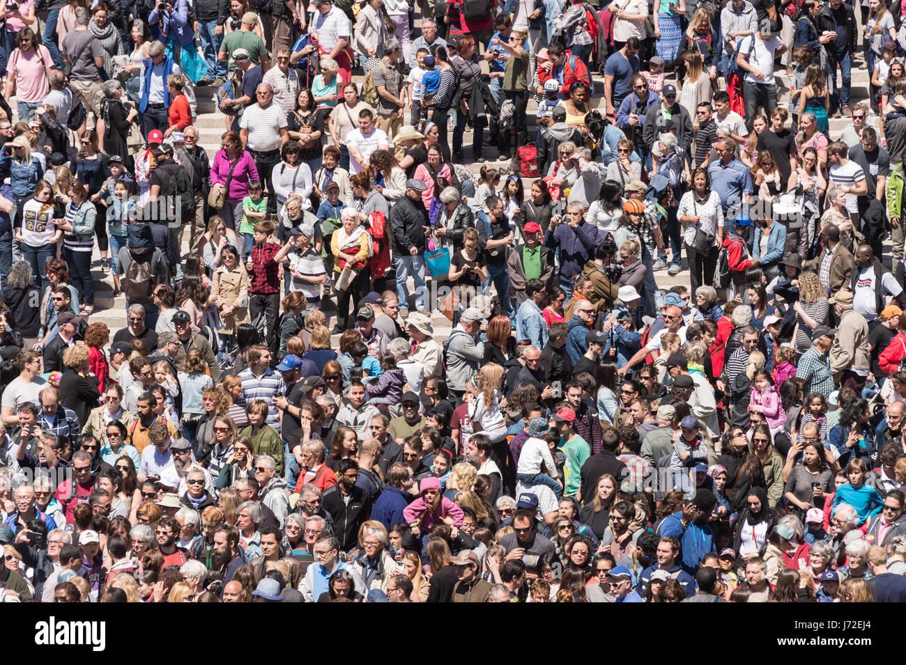 Montreal, CA - 20 de mayo de 2017: la muchedumbre a la Place des Arts en Royal de Luxe mostrar Imagen De Stock
