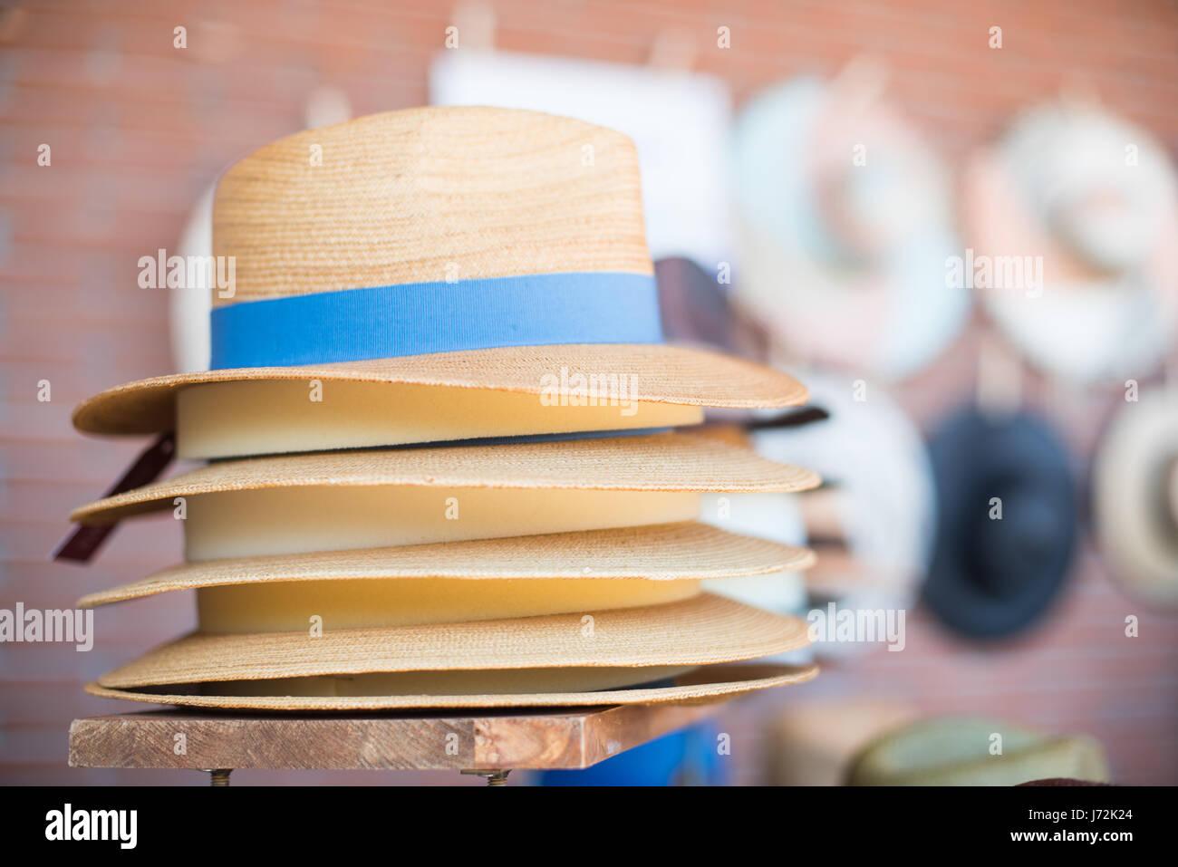 Montón de paja sombreros estilo Panamá muchos detalles sobre el estante de  calado en el mercado bb7cab85b18
