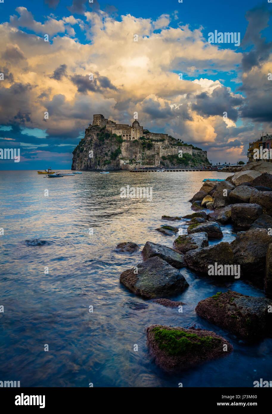 Castello Aragonese es un castillo medieval al lado de Ischia (una de las Islas Phlegraean), en el extremo norte Imagen De Stock