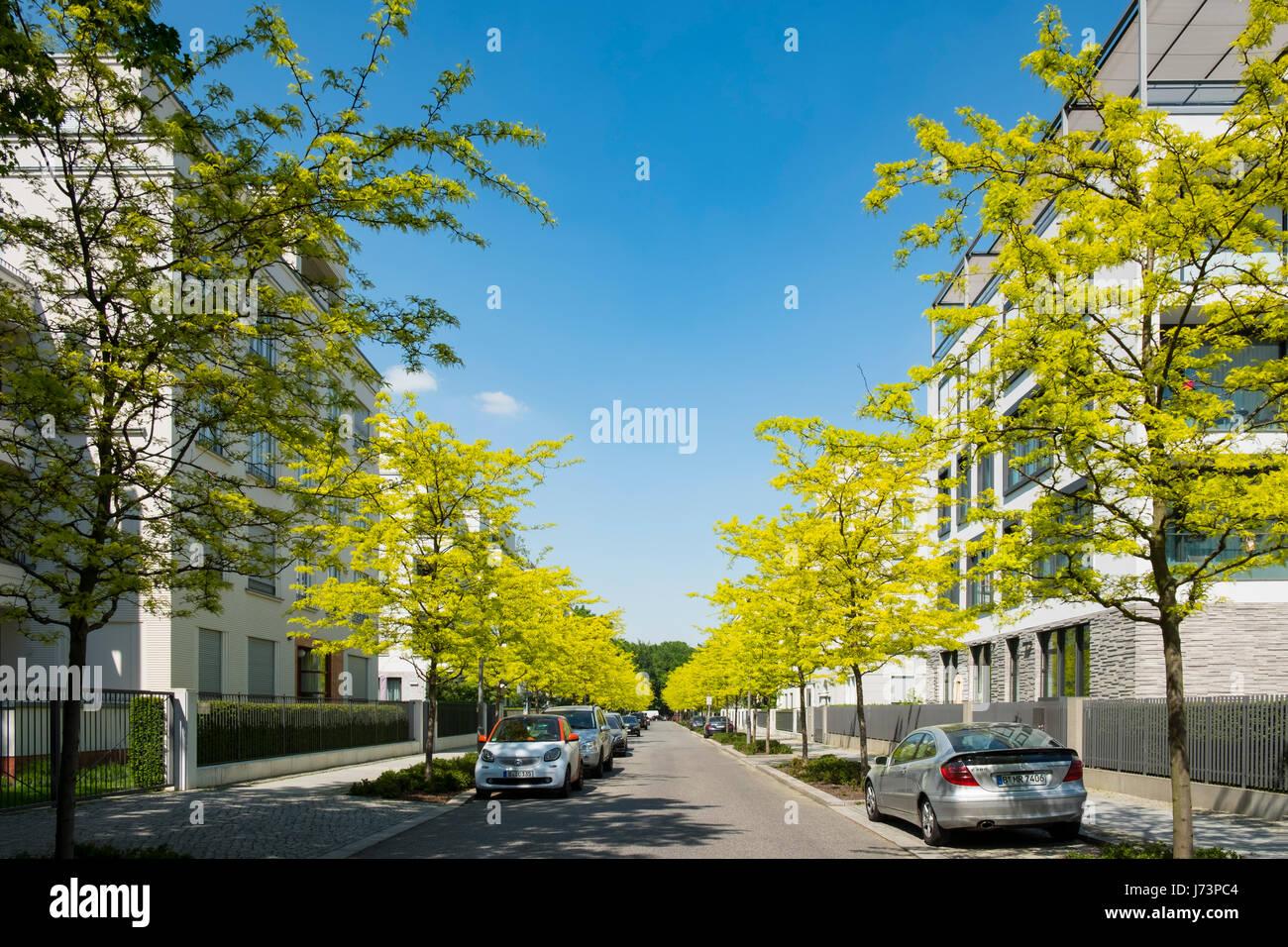 Modernos edificios de apartamentos de lujo en Clara-Wieck-Strasse, en el nuevo barrio diplomático de Berlín, Alemania Foto de stock