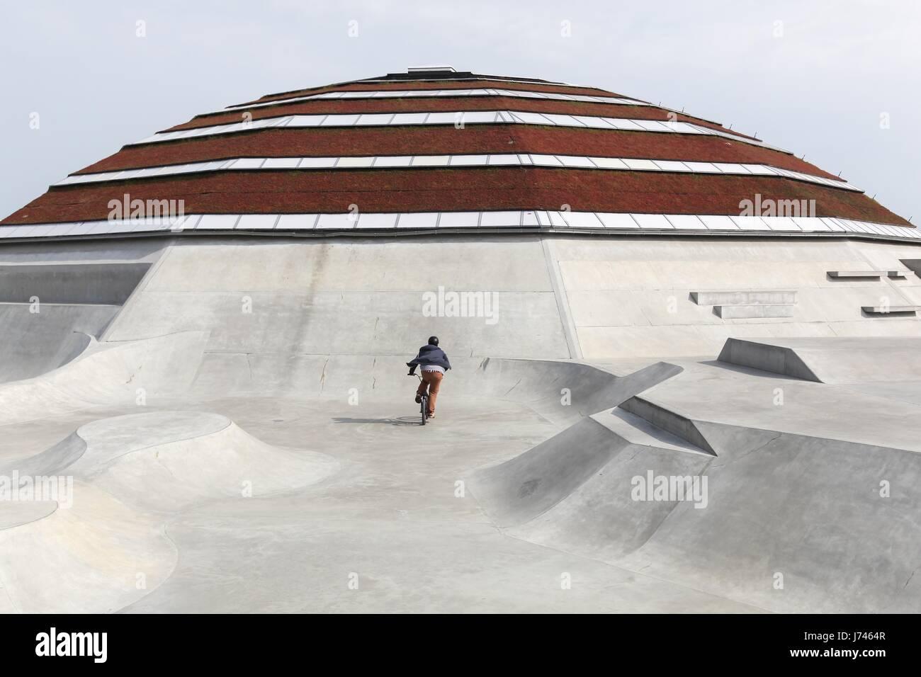 Haderslev, Dinamarca - 29 de mayo de 2016: StreetDome es un edificio singular de clase mundial skatepark y calle Imagen De Stock