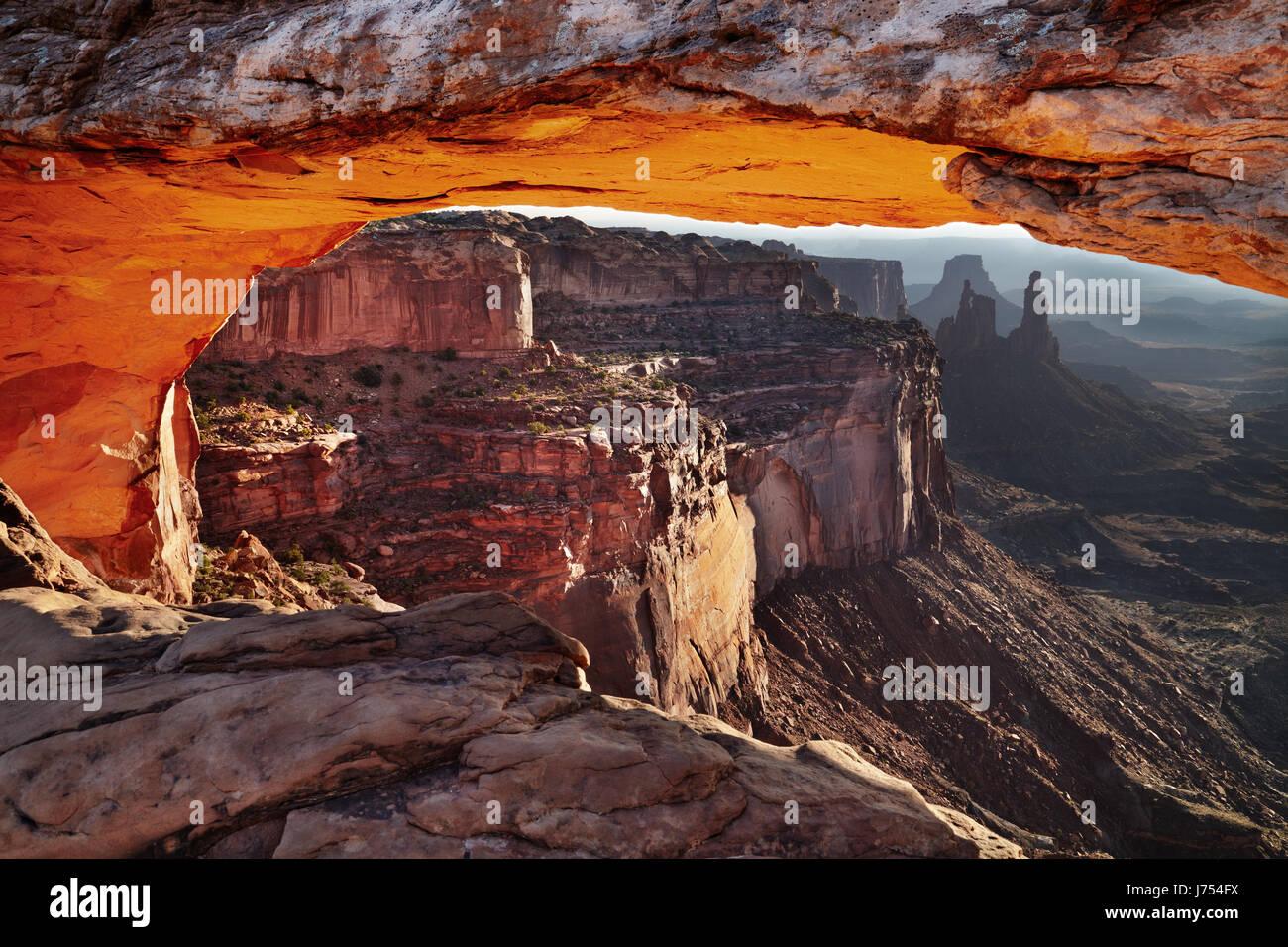 Mesa Arch al amanecer en el Parque Nacional Canyonlands, en Utah, EE.UU. Foto de stock