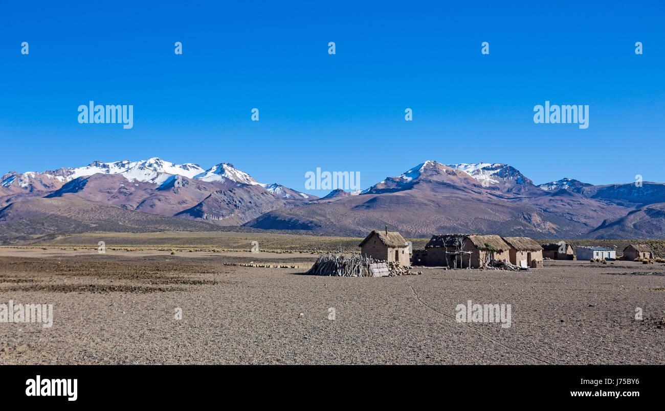 Pequeño poblado de pastores de llamas en las montañas andinas. Alto Andino paisaje de tundra en las montañas Imagen De Stock