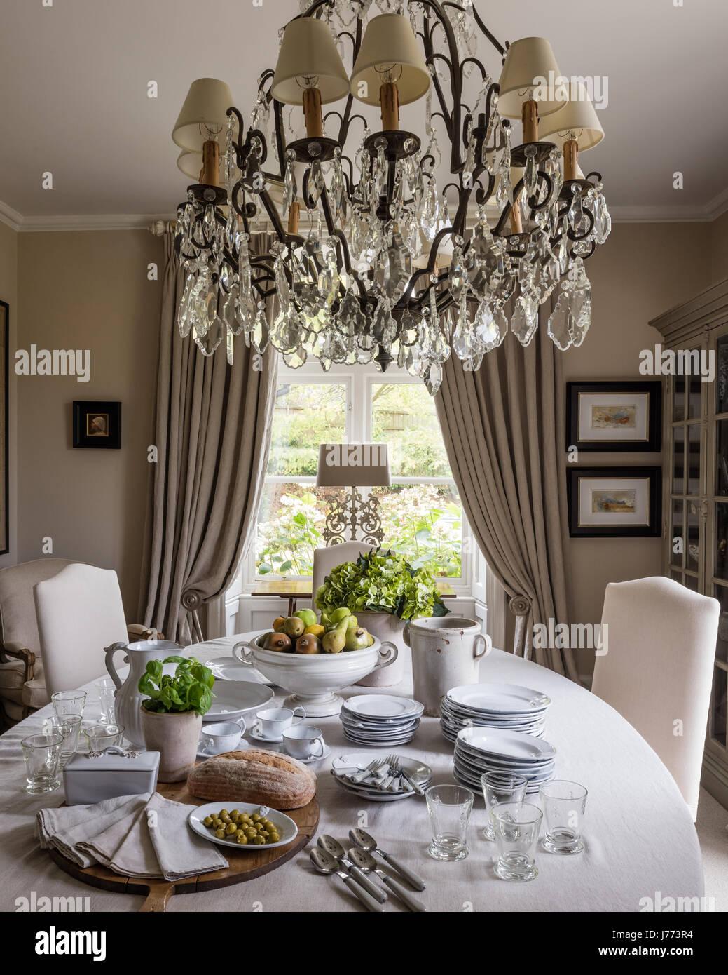 Araña elaboradas y ornamentadas lámparas de mesa tanto por Bardoe   Appel  en comedor pintado en f999e61683d4