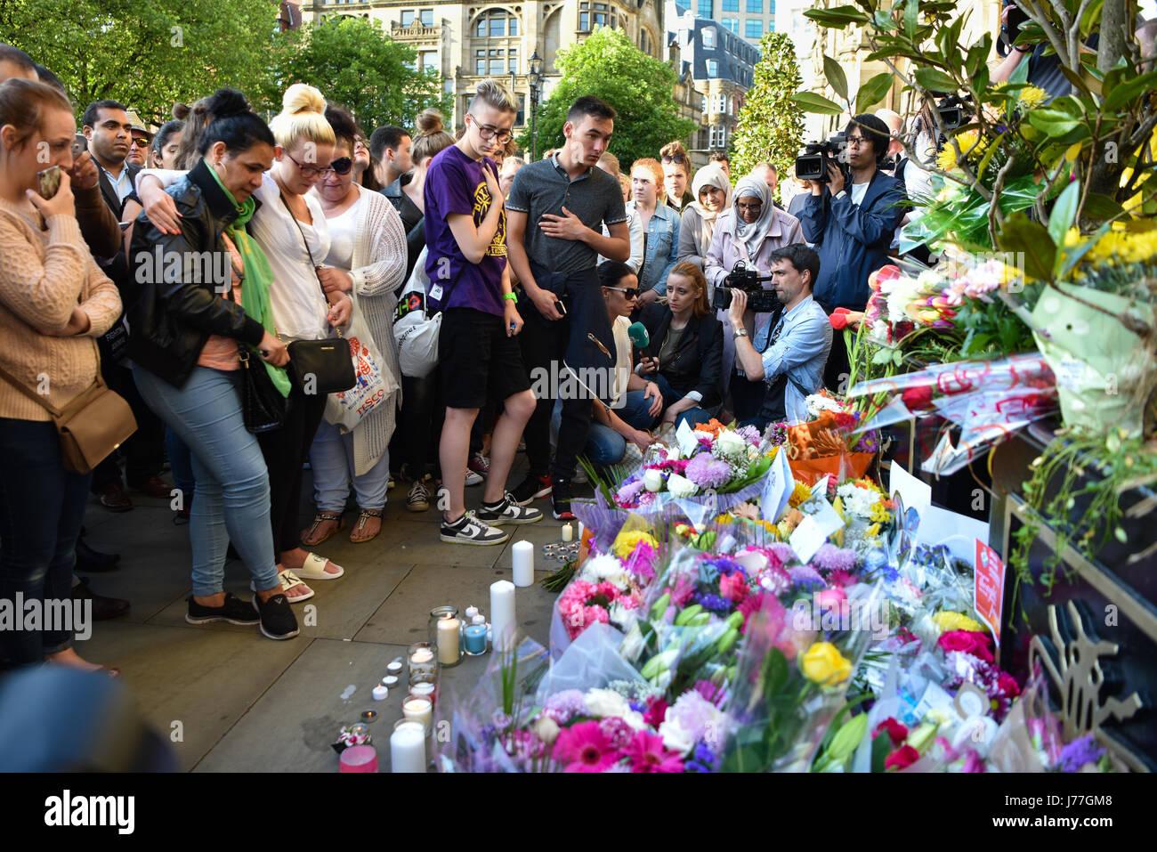 Manchester, Reino Unido. 23 Mayo, 2017. Multitudes emocional se reunieron en una vigilia en Manchester, Albert Square Imagen De Stock