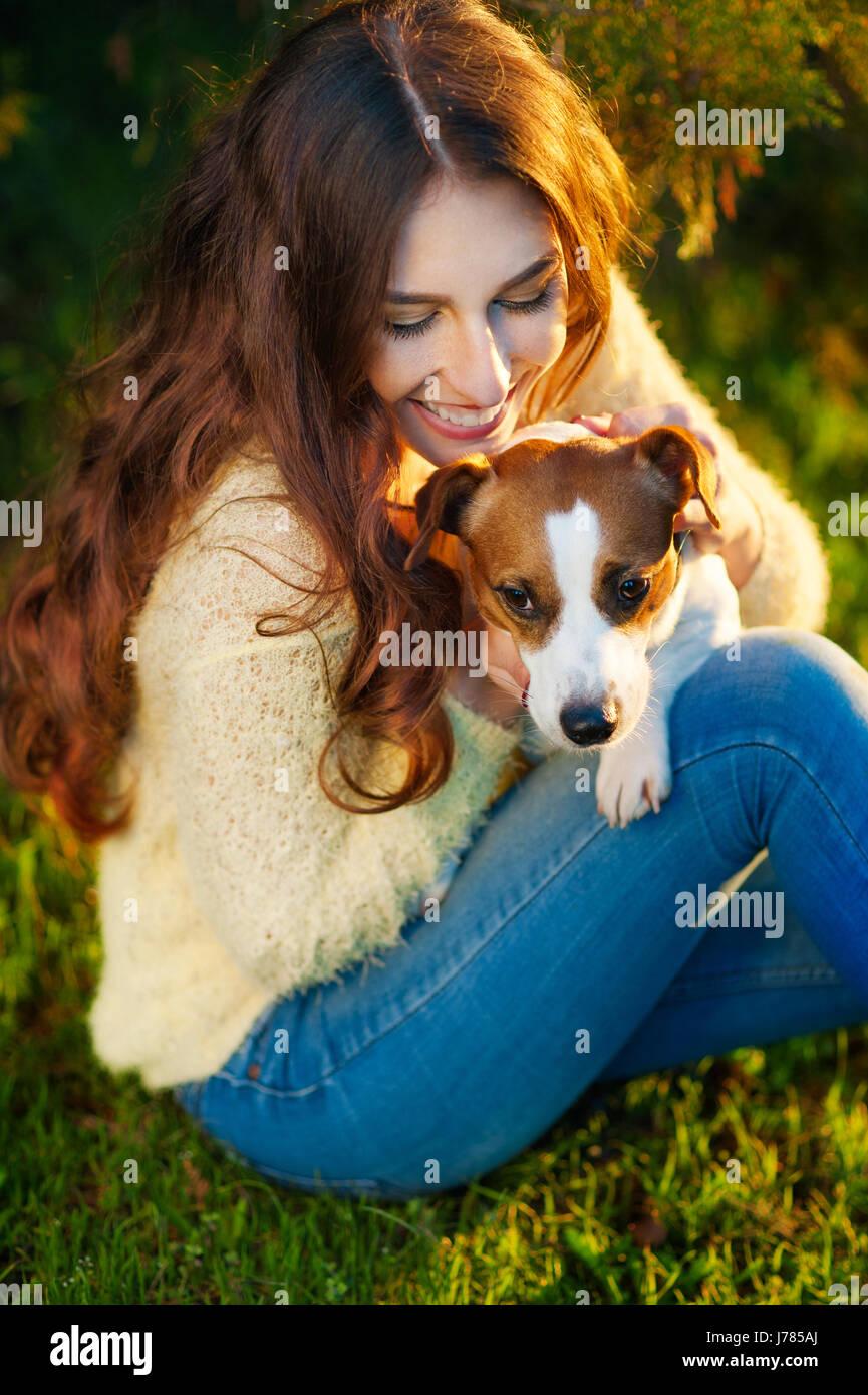 Chica con un perro Jack Russell Terrier en estacionamiento Imagen De Stock