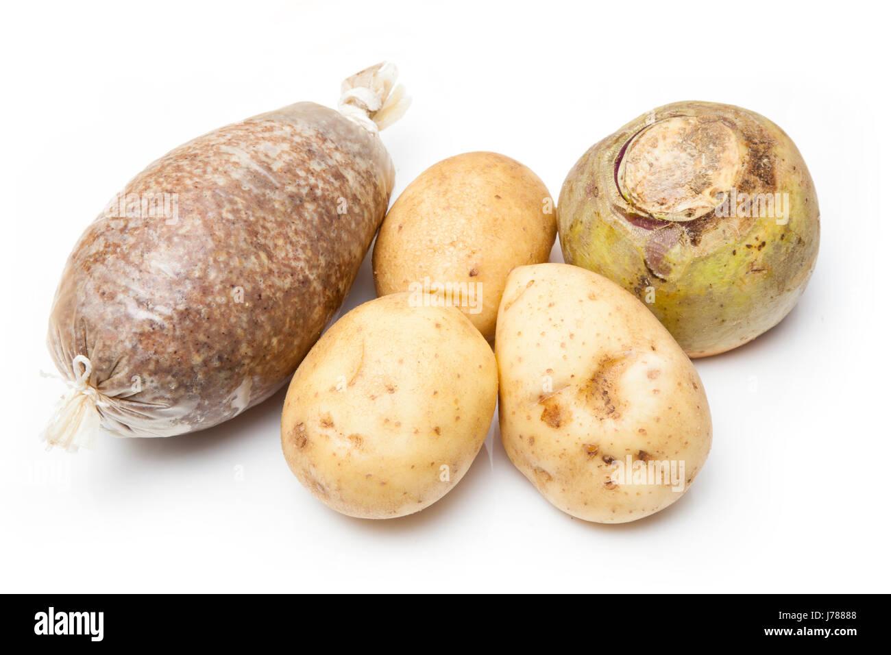 Haggis escoceses tradicionales con patatas y nabo cruda y aislado en un fondo blanco studio. Imagen De Stock