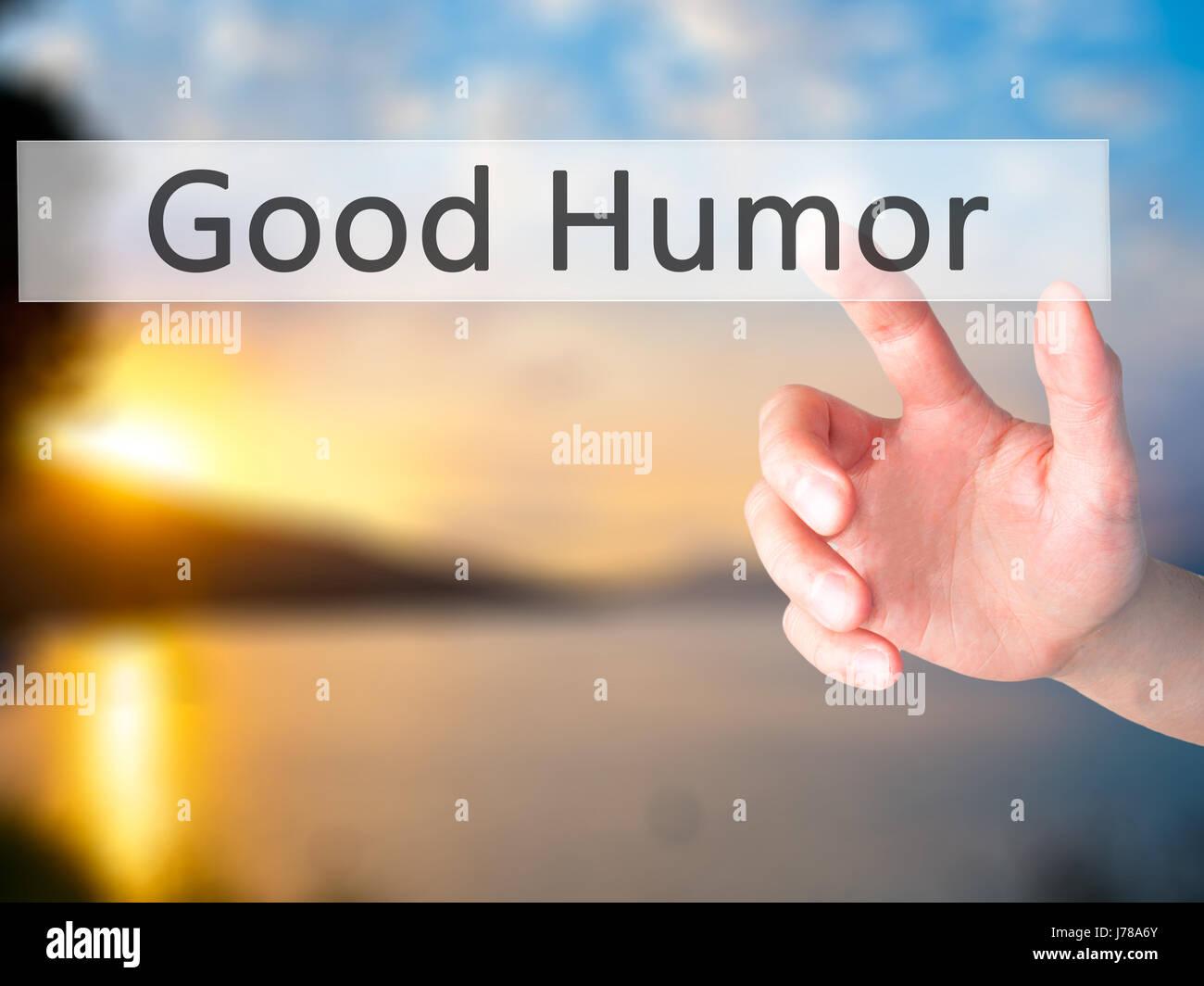 Buen Humor - Mano presionando un botón de fondo borroso concepto . Negocios, tecnología, internet concepto. Imagen De Stock