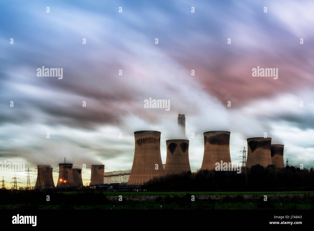Drax es un gran central eléctrica de carbón en North Yorkshire, Inglaterra, capaz de la co-combustión de biomasa y coque de petróleo, y su nombre proviene de la cercana vil Foto de stock