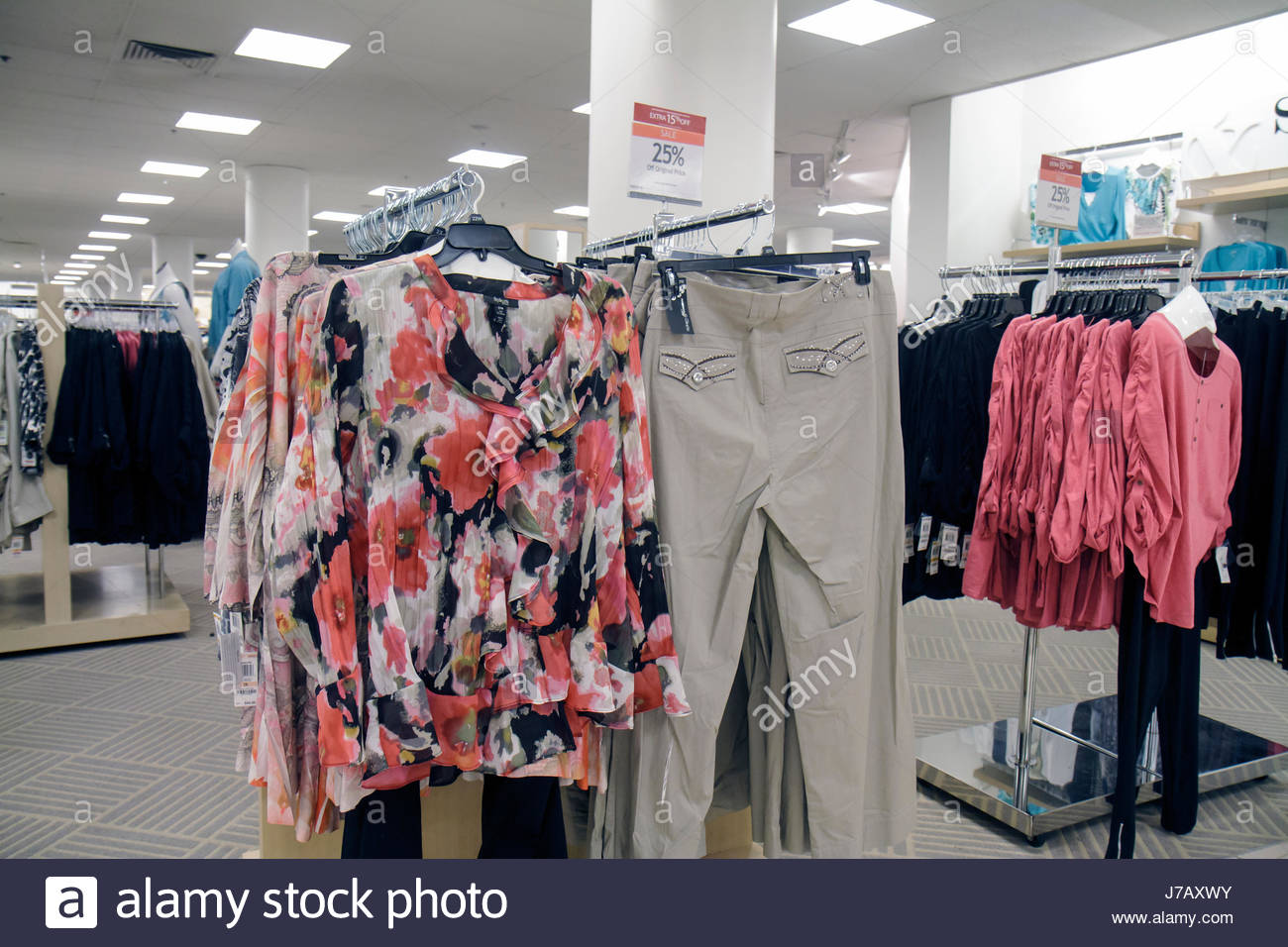 b4fdc5180 Florida Miami Dadeland Mall Shopping expositor para la venta de los grandes  almacenes Macy s ropa mujer