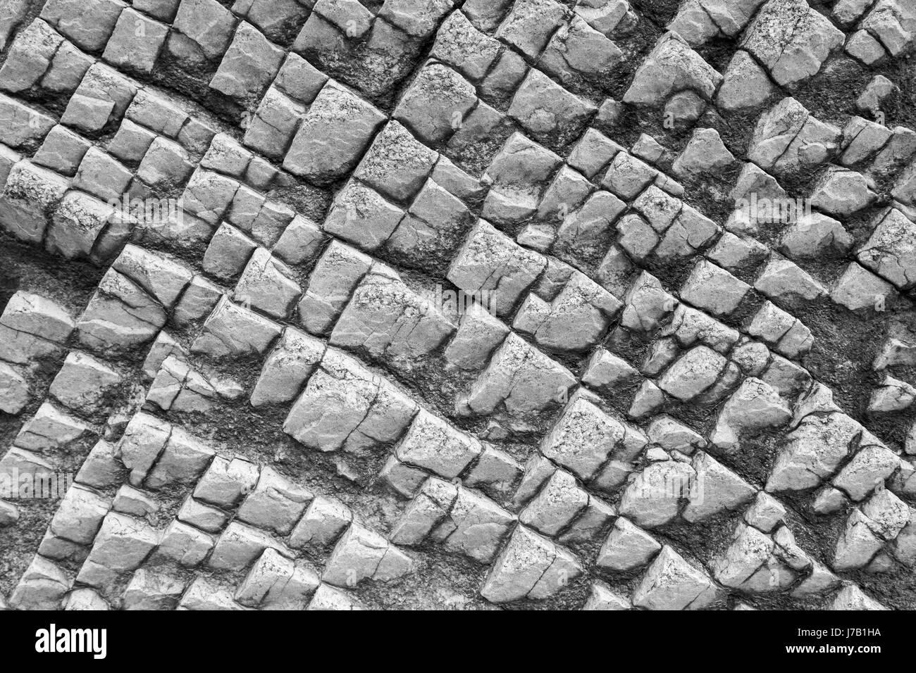 Close-up de una extraña roca la textura de la superficie en blanco y negro. Imagen De Stock