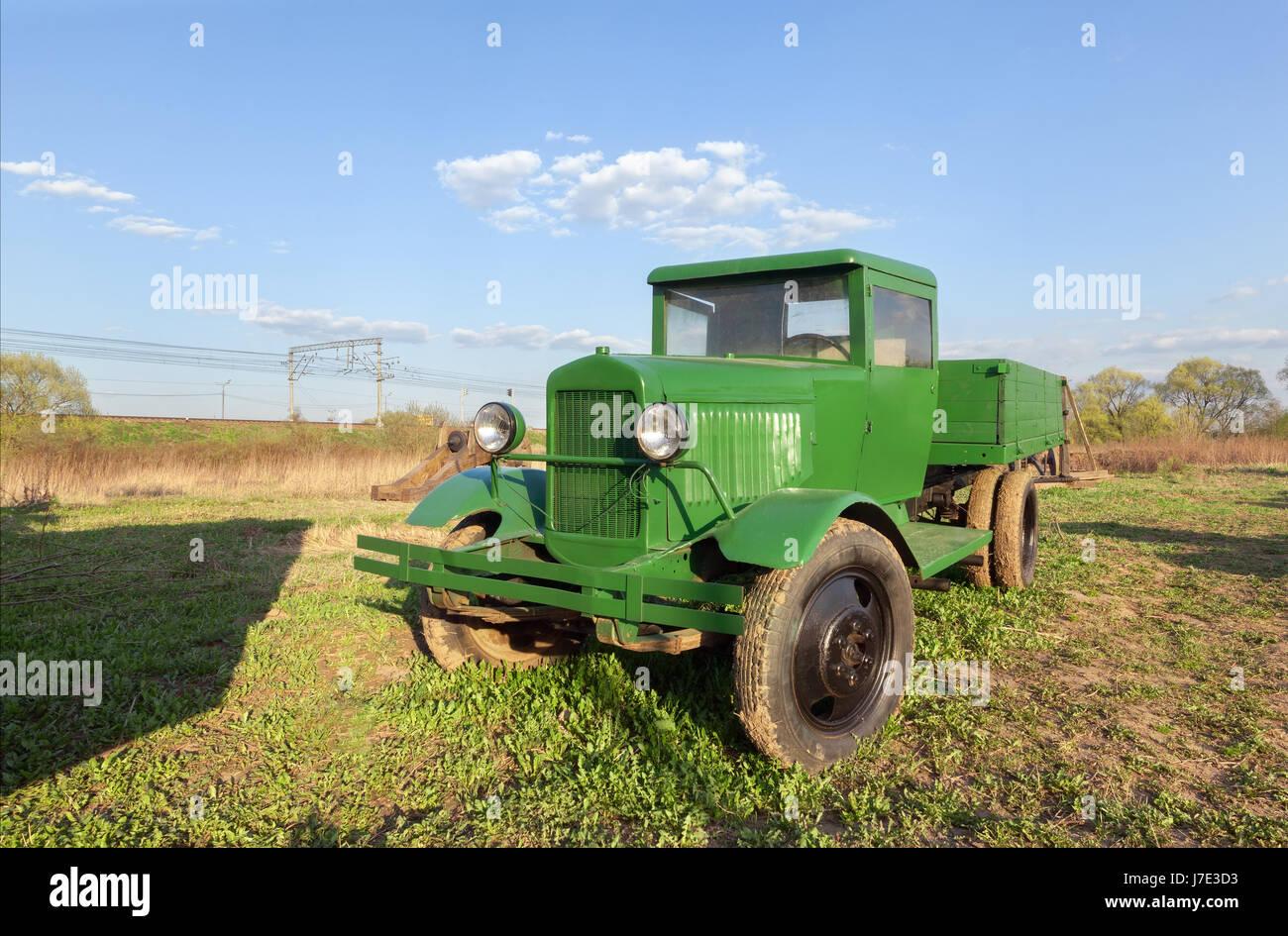 Rusia/región de Moscú- julio 2016: Vintage Retro verde camión soviético en el campo Foto de stock