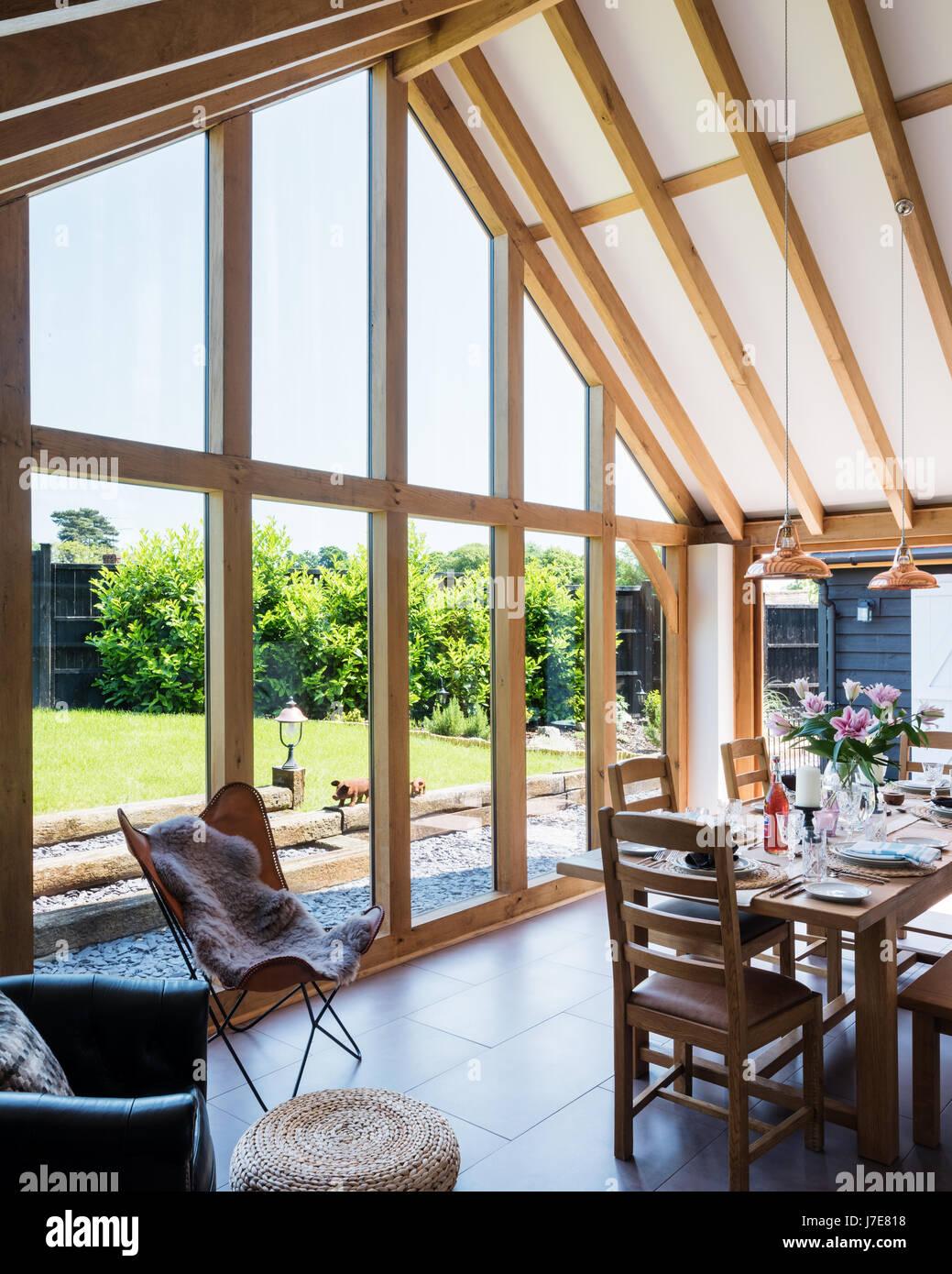 Enmarcado en madera abovedado comedor con ventanas de piso a techo ...