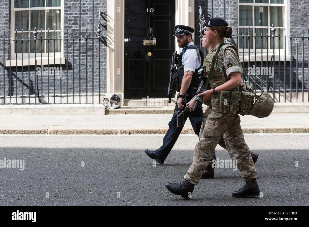 Londres, Reino Unido. 24 de mayo de 2017. Un oficial de policía y dos soldados mujeres caminando delante de Imagen De Stock