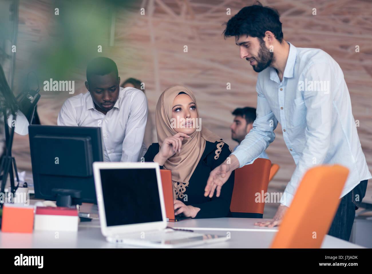 Socios de negocios multiculturales alegre trabajo en equipo Imagen De Stock