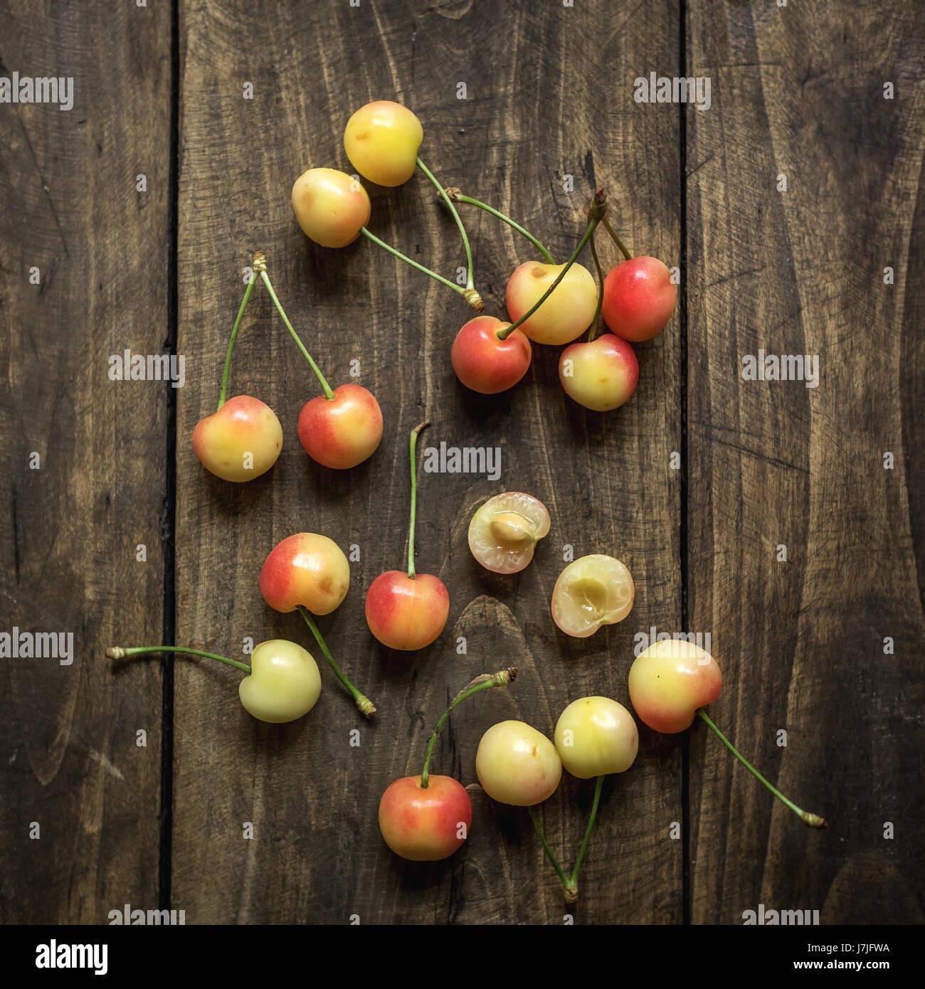 Las cerezas en una mesa rústica, desde arriba Imagen De Stock