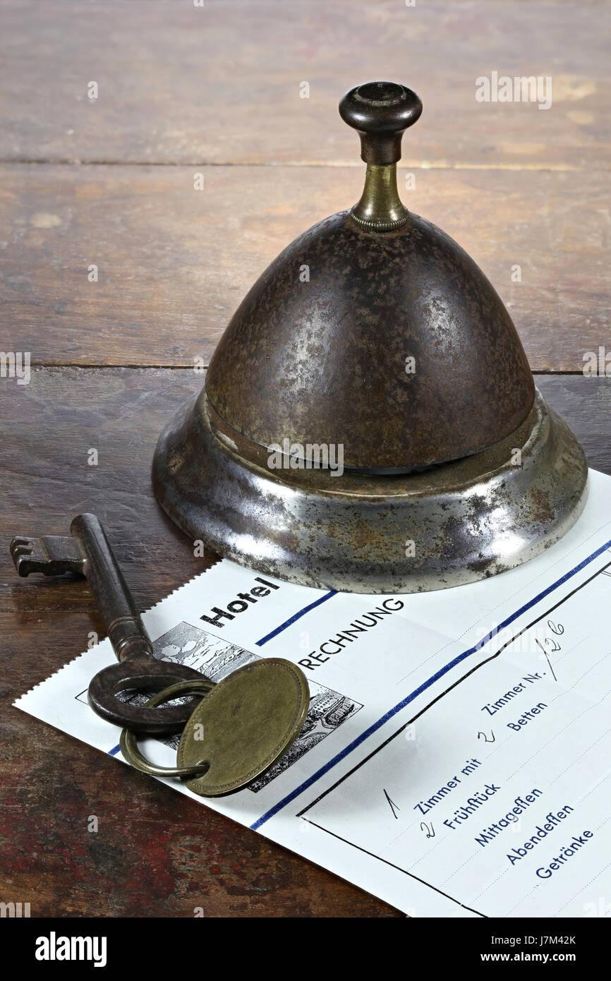 Vintage hotel alemán bill en el mostrador con la llave de la habitación y el servicio bell Foto de stock