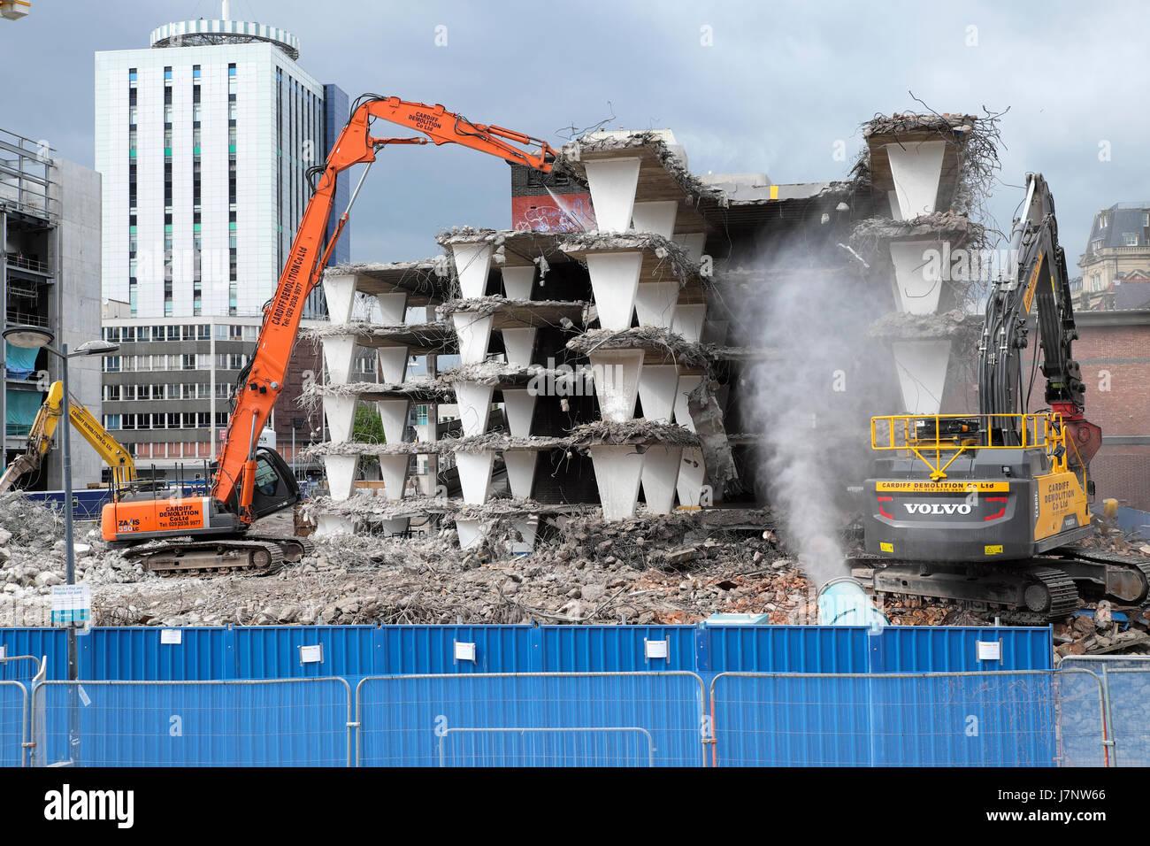 Excavador de demolición y edificios en el sitio de construcción en el aparcamiento de Wood Street cerca de la estación Central Square, Cardiff City Center, Gales Reino Unido KATHY DEWITT Foto de stock
