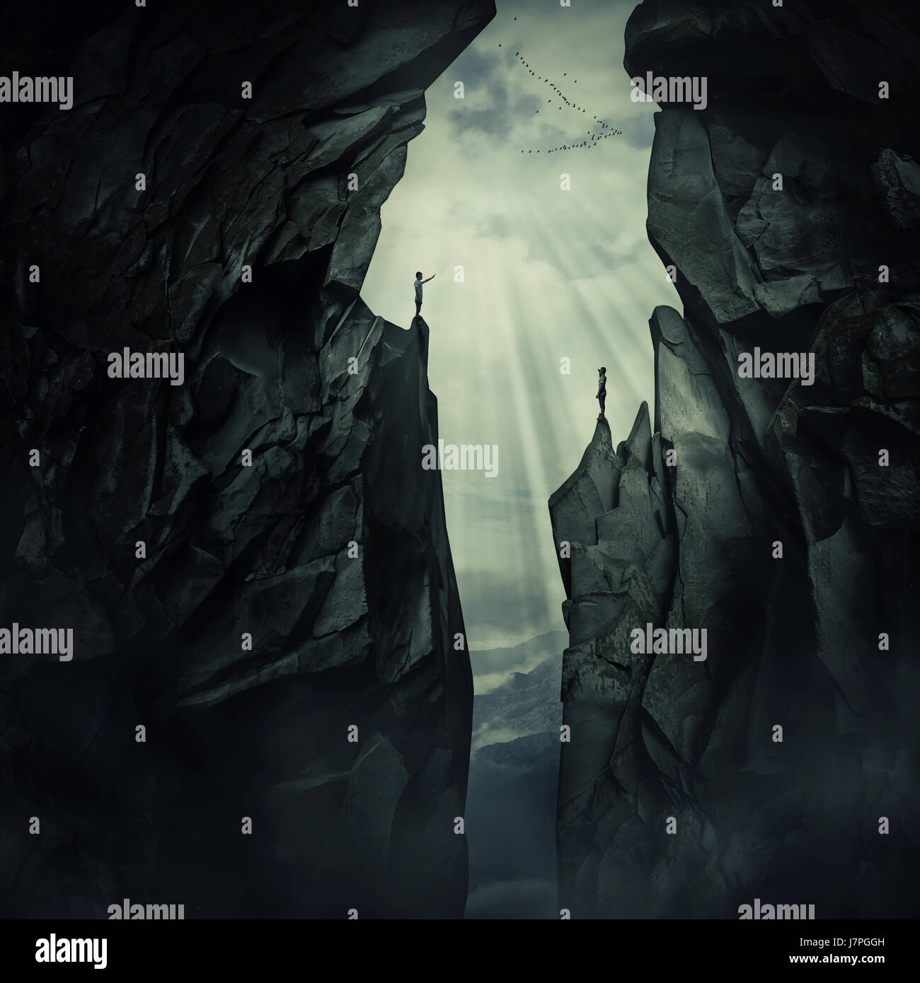 Imagen conceptual con perdido dos personas de pie en el borde de picos de montaje diferentes, tratando de encontrar Imagen De Stock