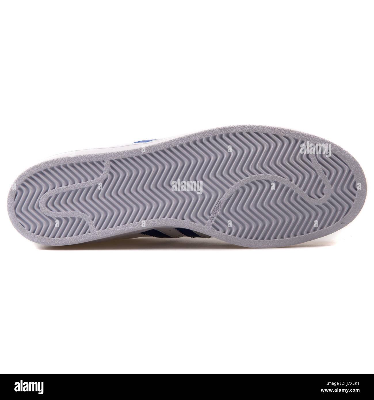 big sale 3535b 6e47a Adidas Superstar Foundation Hombre de cuero blanco con azul Sneakers -  B27141 Imagen De Stock