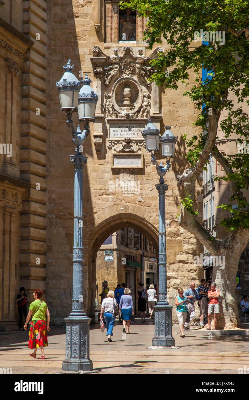 A lo largo de paseo turístico y compradores en la Place de l'Hotel de Ville, Aix-en-Provence, Francia Imagen De Stock