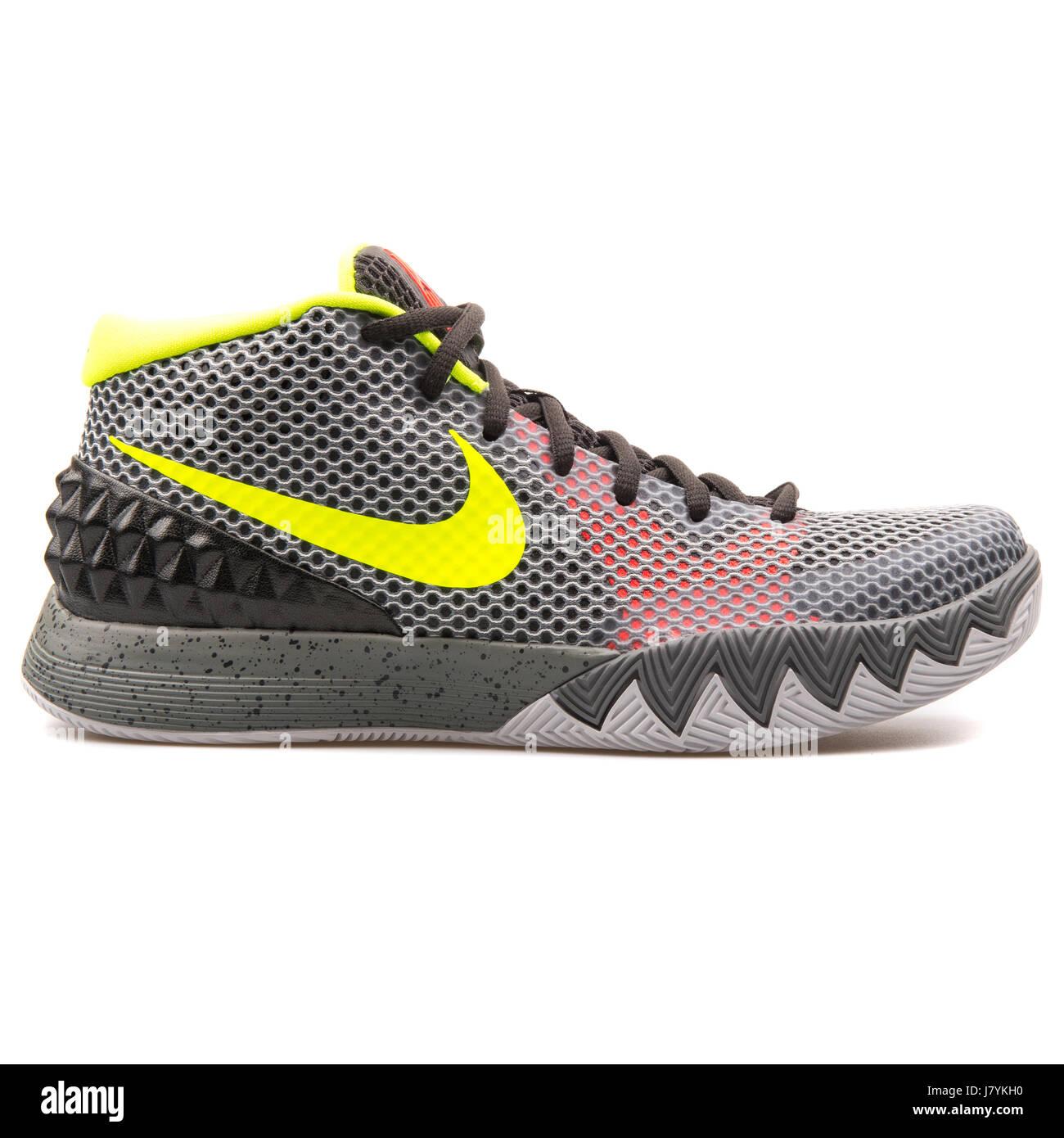 25f668a125ad6 Nike Kyrie 1 hombres gris zapatillas de baloncesto - 705277-270 Imagen De  Stock